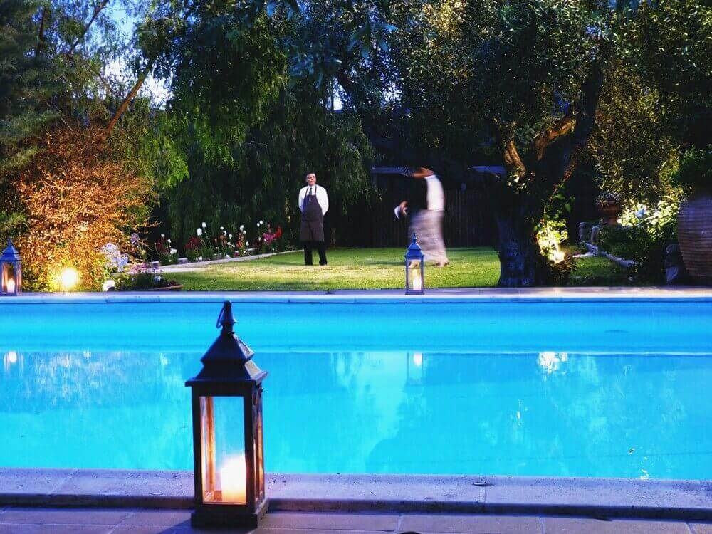 28589b8c096 Στολισμός με φαναράκια γύρω από την πισίνα - Ιπποστάσιο ΜεΪμαρίδη