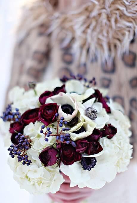 Νυφική ανθοδέσμη με μπορντό λεπτομέρειες λουλουδιών - EyeSpy Photography