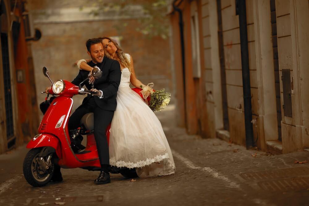 Next Day Photoshooting με το ζευγάρι σε κόκκινη βέσπα, by Panos Recouniotis